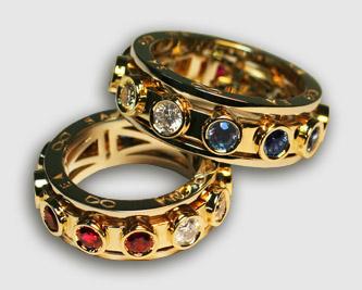 Много золотых украшений